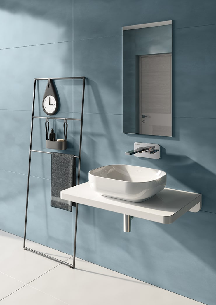 lavatório sanibold sobre bancada: Casa de banho  por Melissa vilar