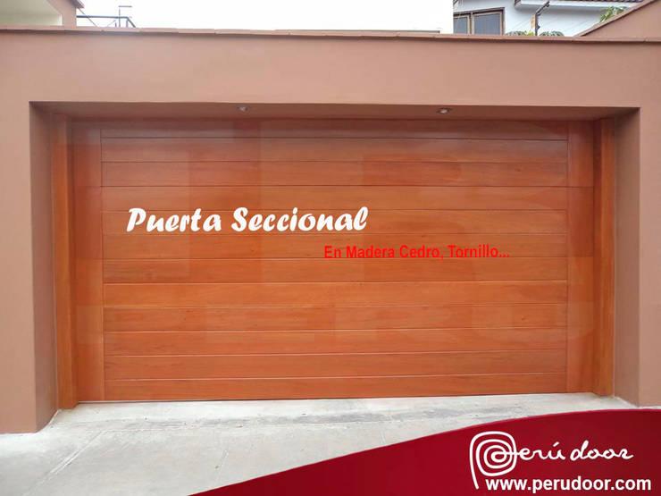 Puertas Automaticas de Garaje: Puertas de madera de estilo  por Puertas Automaticas - PERU DOOR