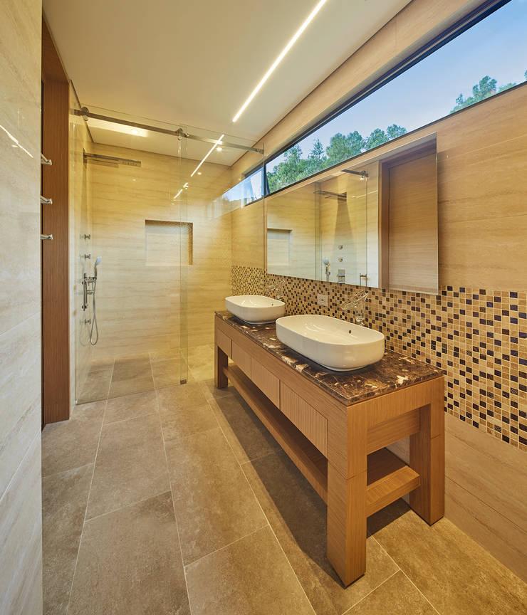 Baño Principal: Baños de estilo  por Sentido Interior Arquitectos, Moderno Cerámico
