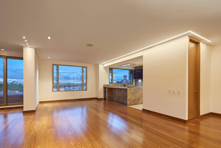 Área Comedor y cocina: Comedores de estilo  por Sentido Interior Arquitectos, Moderno Madera maciza Multicolor