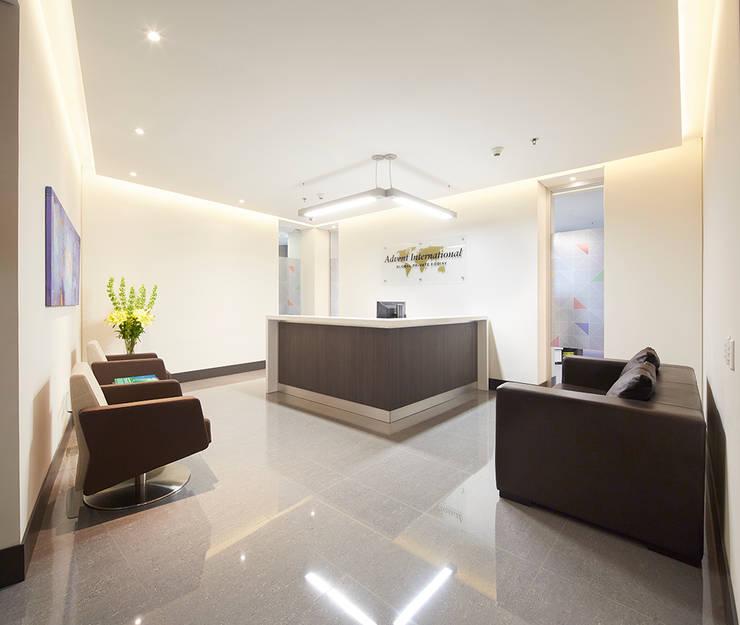 Recepción Pasillos, vestíbulos y escaleras modernos de Sentido Interior Arquitectos Moderno Cerámico