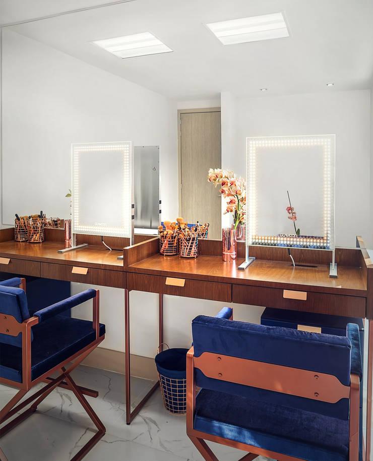 Área de maquillaje personalizado VIP: Espacios comerciales de estilo  por Sentido Interior Arquitectos, Moderno Madera Acabado en madera