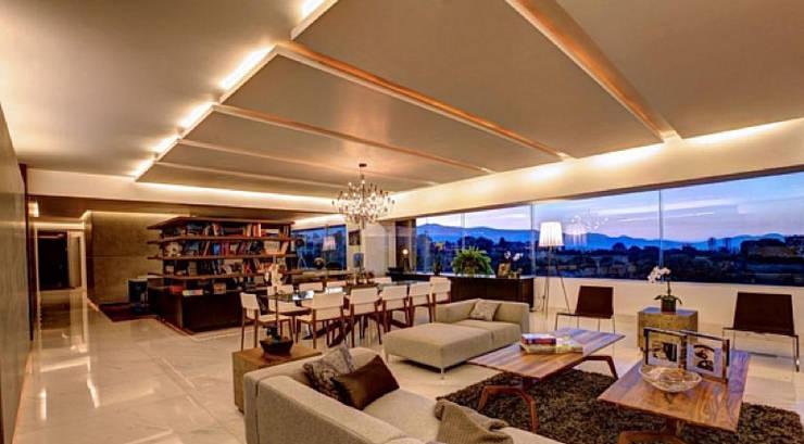 California Beach House :  Living room by Hector Landgrave