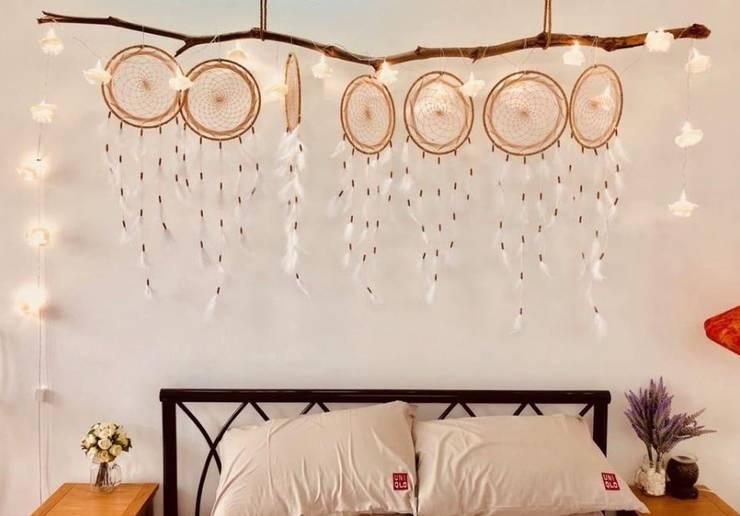 Cách 2: Trang trí phòng ngủ đơn giản với đèn led:  Bedroom by Kiến trúc Doorway