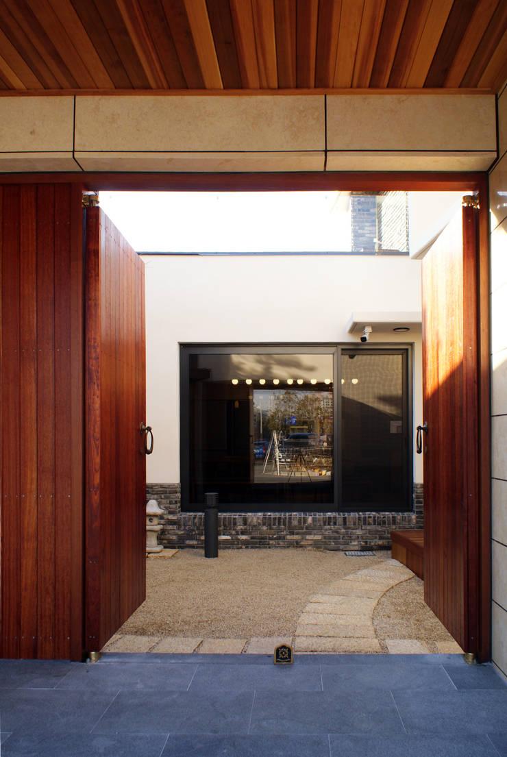 다옴재 project: 성종합건축사사무소의  현관문,