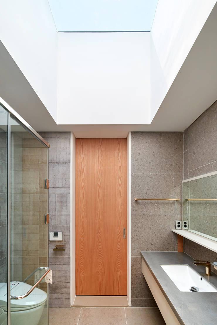 양평 단독주택: 건축사사무소 시월의  욕실,
