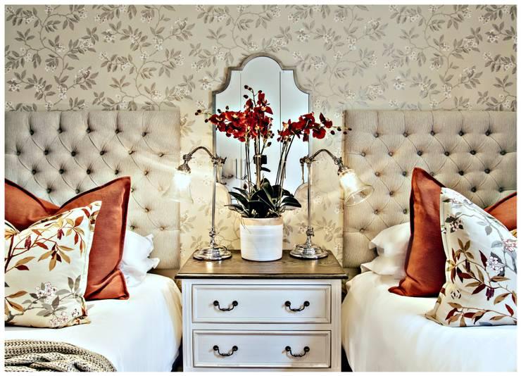 Pop of red :  Bedroom by Joseph Avnon Interiors, Classic