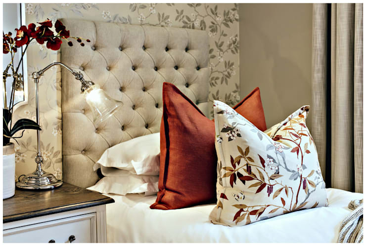 Pop of red :  Bedroom by Joseph Avnon Interiors