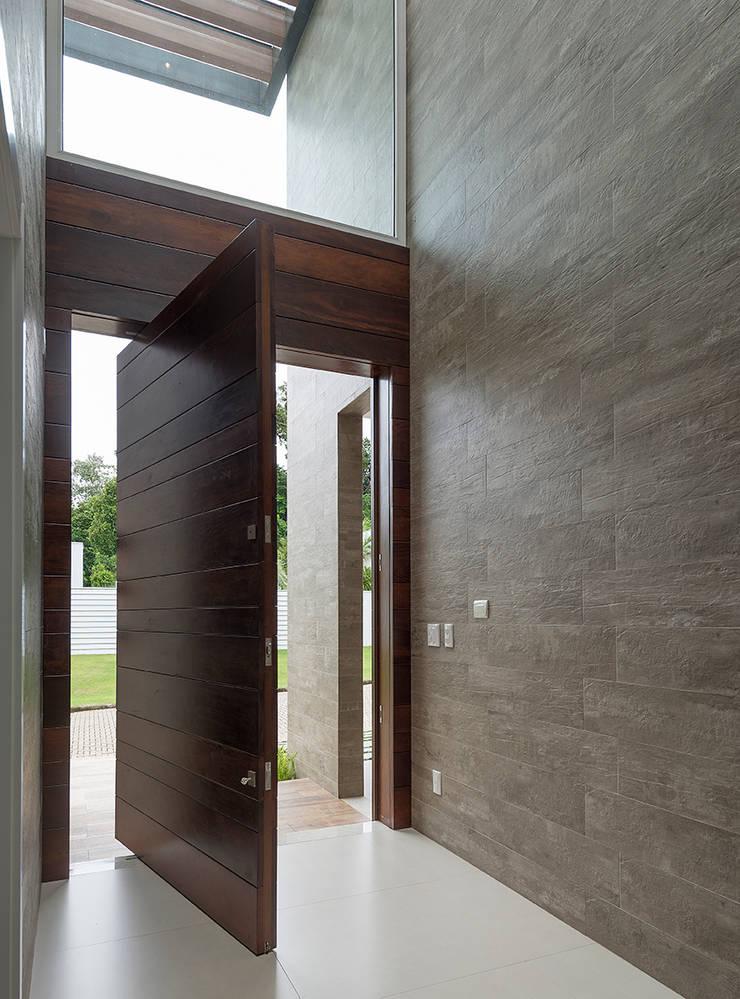 Corridor & hallway by Espaço do Traço arquitetura