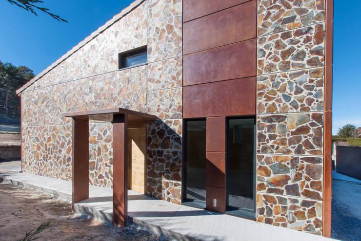 Fachada principal. Acceso a la vivienda: Casas prefabricadas de estilo  de MODULAR HOME, Moderno Hormigón