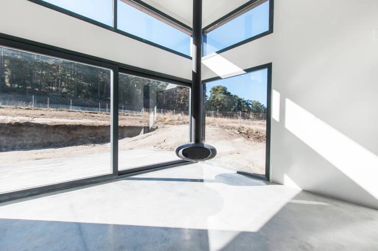 Gran cristalera con chimenea volada: Salones de estilo  de MODULAR HOME, Moderno Vidrio