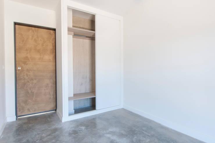 Habitación con armario empotrado: Comedores de estilo  de MODULAR HOME, Moderno Madera Acabado en madera