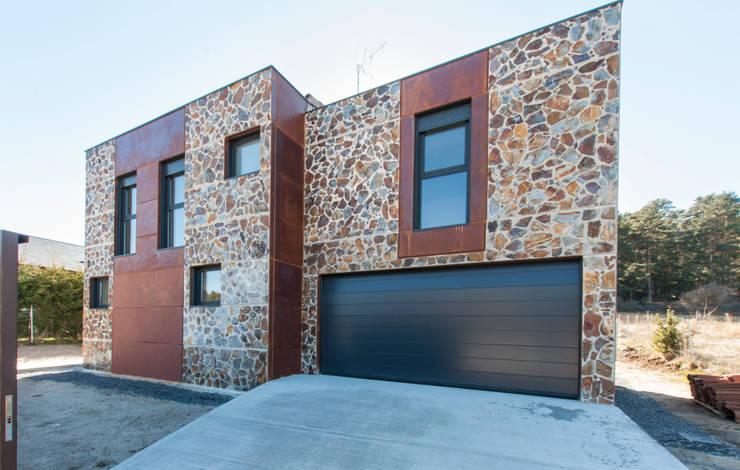 Fachada de acceso rodado a garaje: Casas prefabricadas de estilo  de MODULAR HOME