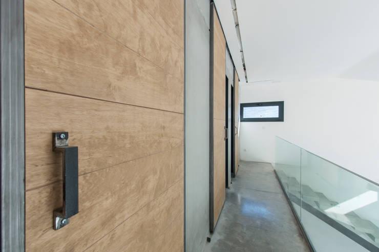 Doble altura : Puertas de estilo  de MODULAR HOME, Industrial Madera Acabado en madera
