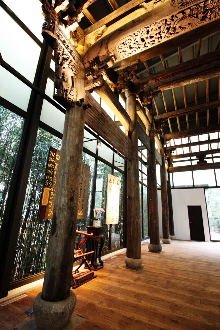 透過玻璃落地窗看到外面的大片竹林:  門 by 台中室內建築師 利程室內外裝飾 LICHENG
