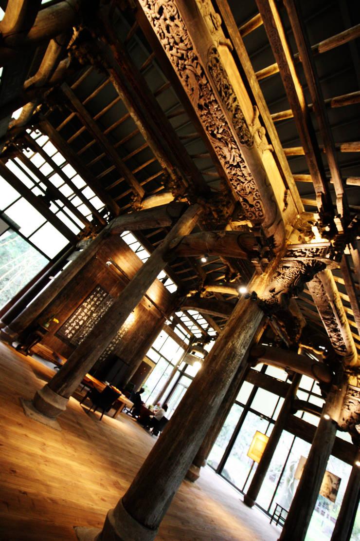 屋頂的柱子也有特別的木刻雕花:  藝術品 by 台中室內建築師 利程室內外裝飾 LICHENG