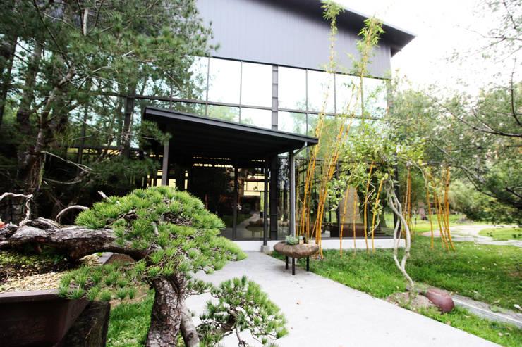 整座建築被一大片綠景環繞:  禪風庭院 by 台中室內建築師|利程室內外裝飾 LICHENG