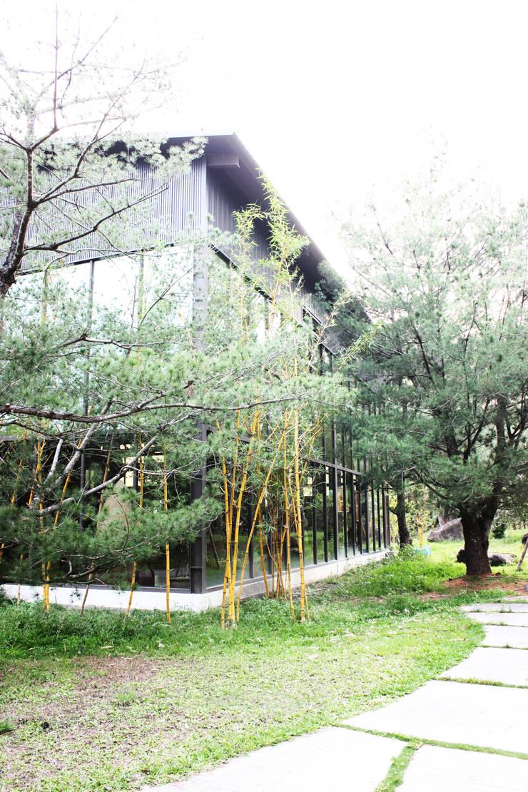 屋外種植大片竹林與松樹更有文人高風亮節的氣息:  禪風庭院 by 台中室內建築師 利程室內外裝飾 LICHENG