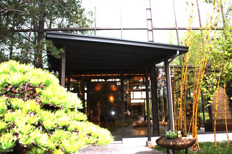 玻璃門讓人能一眼望入內部:  玻璃門 by 台中室內建築師|利程室內外裝飾 LICHENG