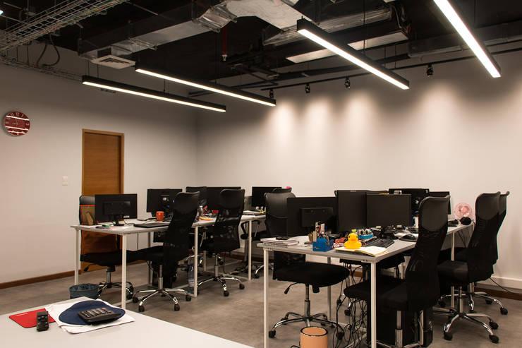 Espacio de trabajo: Estudios y biblioteca de estilo  por Estudio Amani