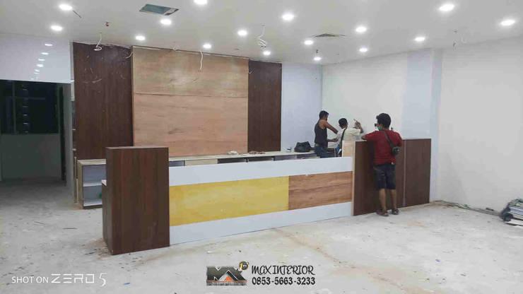 INTERIOR PEKANBARU – RIWAY OFFICE: Office spaces & stores  oleh MAX INTERIOR PEKANBARU,