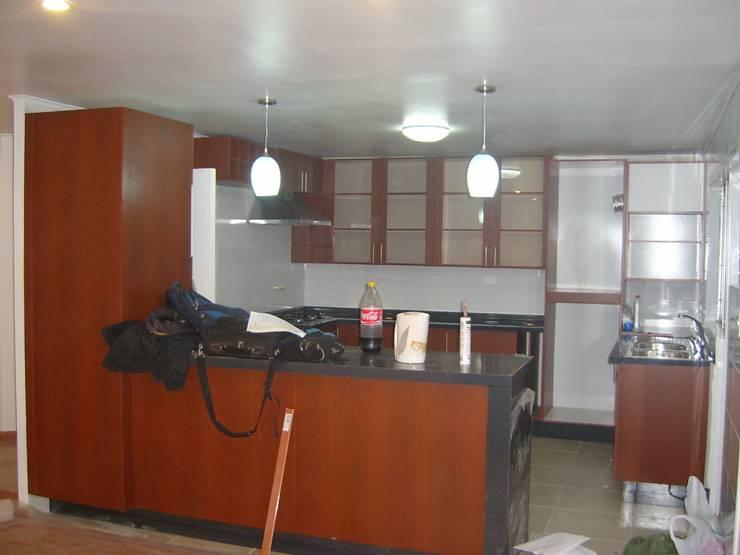 AMPLIACION CASA LA FLORIDA: Cocinas equipadas de estilo  por AOG
