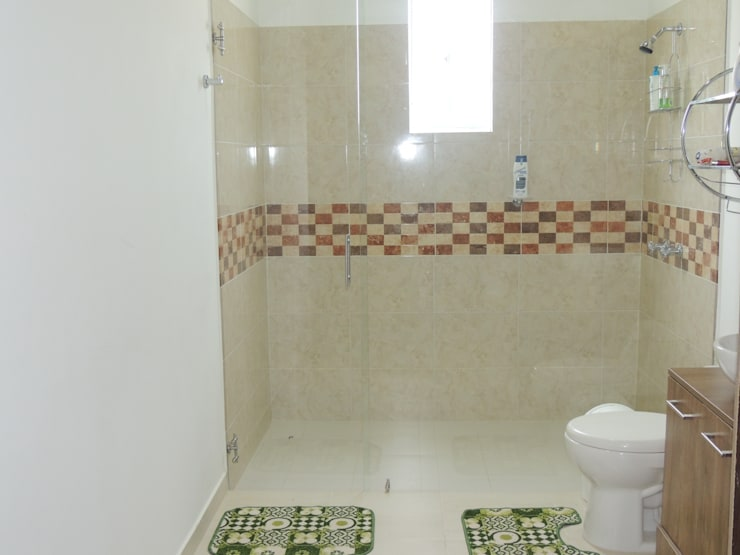 Modern Bathroom by CIENTO ONCE INMOBILIARIA Modern