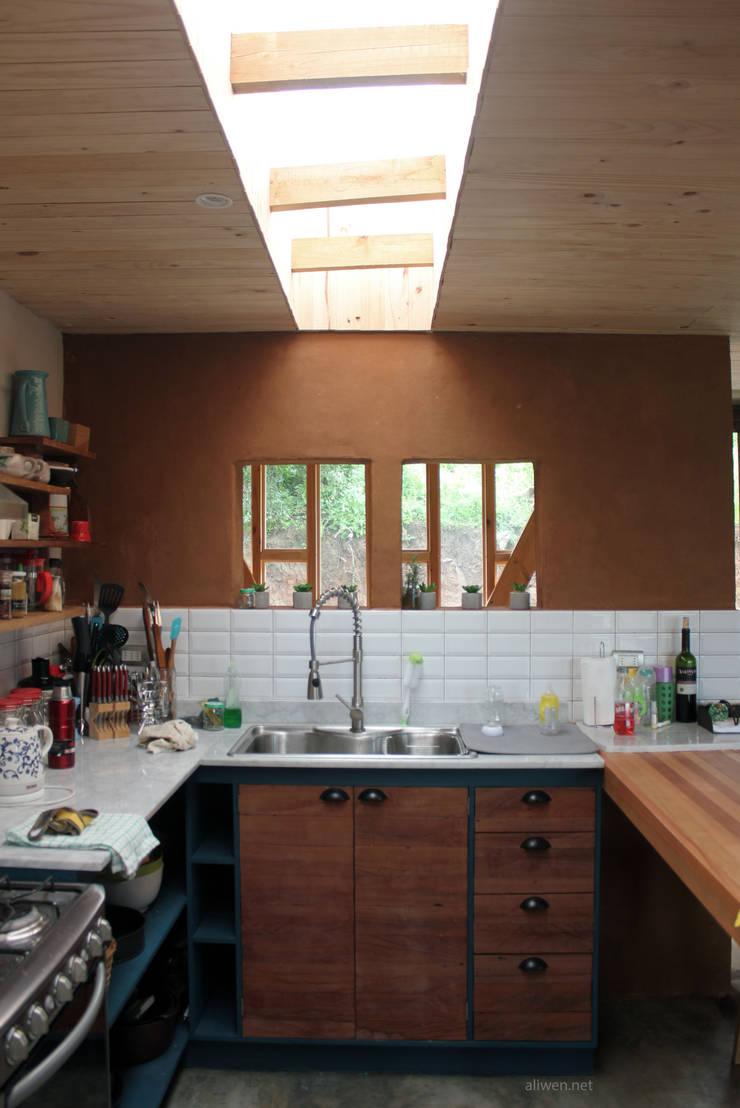 CASA MALLARAUCO – diseño y construcción – Mallarauco / Melipilla / Santiago: Cocinas pequeñas de estilo  por ALIWEN arquitectura & construcción sustentable - Santiago