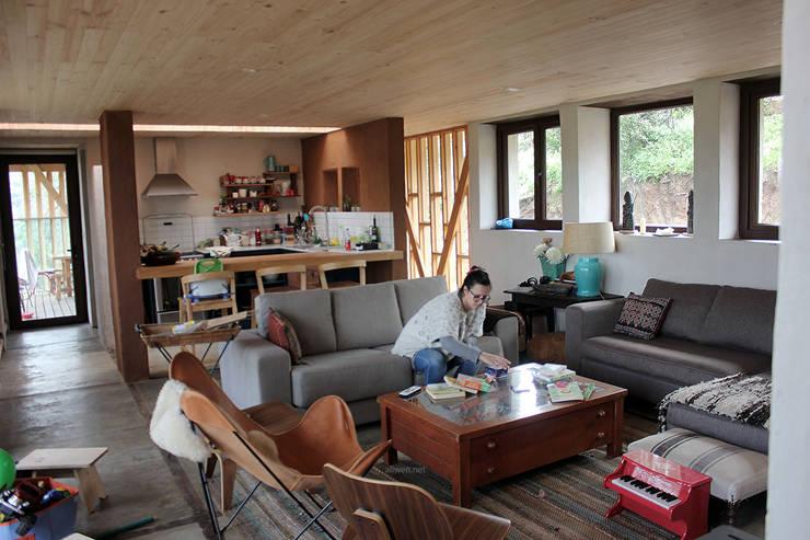 CASA MALLARAUCO – diseño y construcción – Mallarauco / Melipilla / Santiago: Livings de estilo  por ALIWEN arquitectura & construcción sustentable - Santiago
