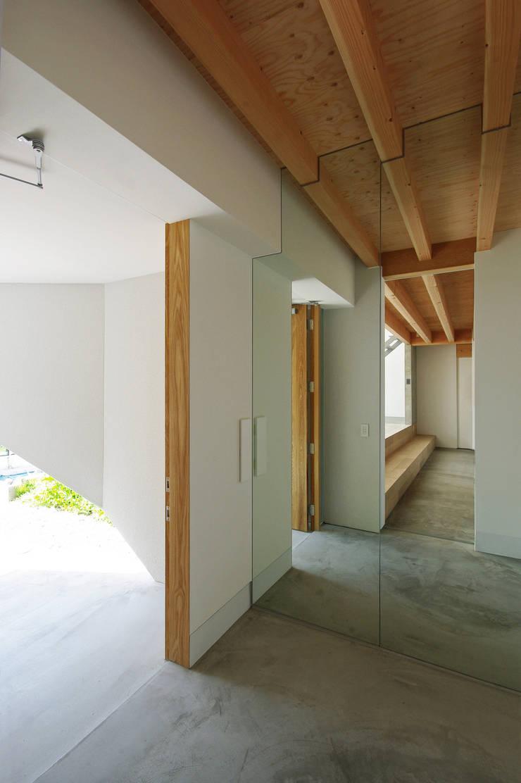 Scandinavian style corridor, hallway& stairs by 株式会社 空間建築-傳 Scandinavian