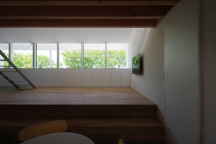 Scandinavian style living room by 株式会社 空間建築-傳 Scandinavian