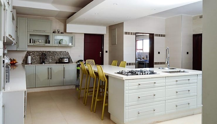 white modern kitchen :  Built-in kitchens by decormyplace