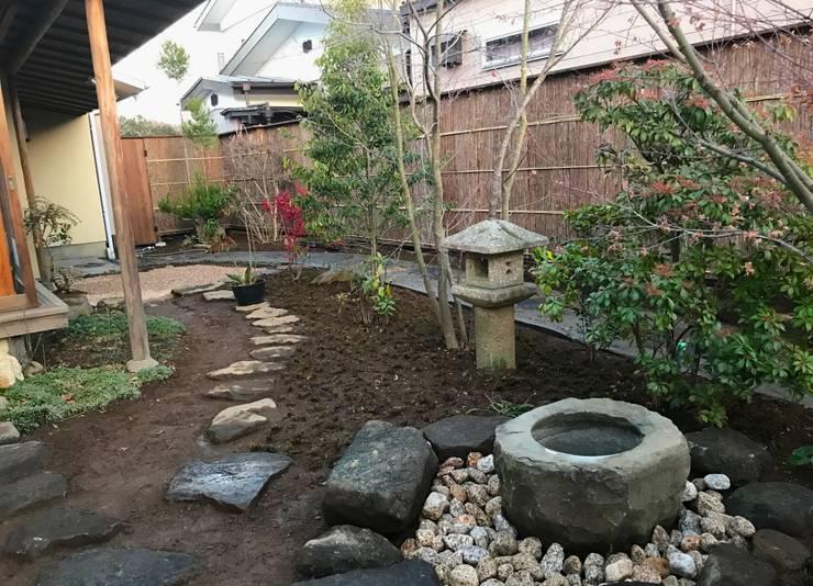 露地のある住まい: 株式会社高野設計工房が手掛けた庭です。