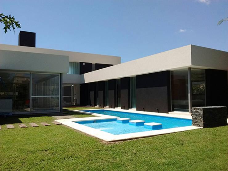 cdq20021: Casas de estilo  por CONSTRUCTORA EDIFICAR,