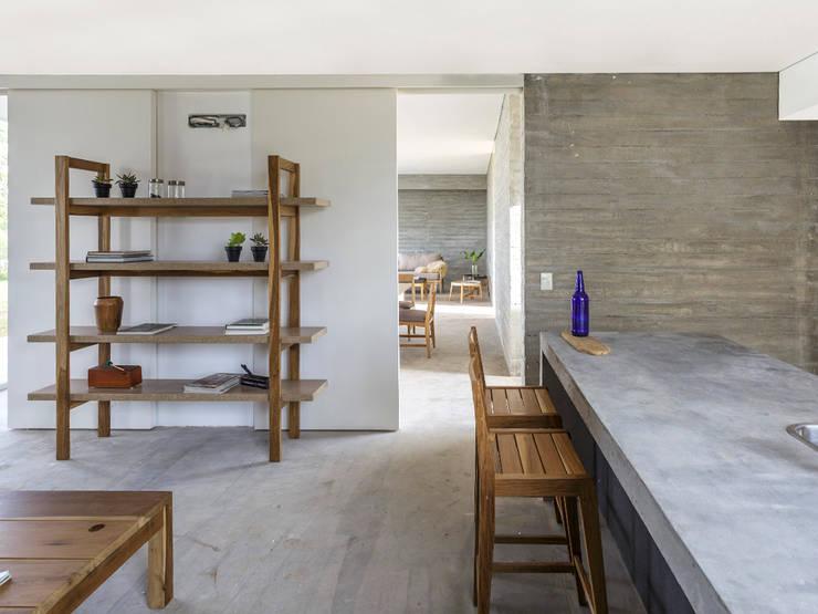 Cocina-comedor diario en casa de BAM arquitectura sustentable: Cocinas de estilo  por LAS MARINAS,