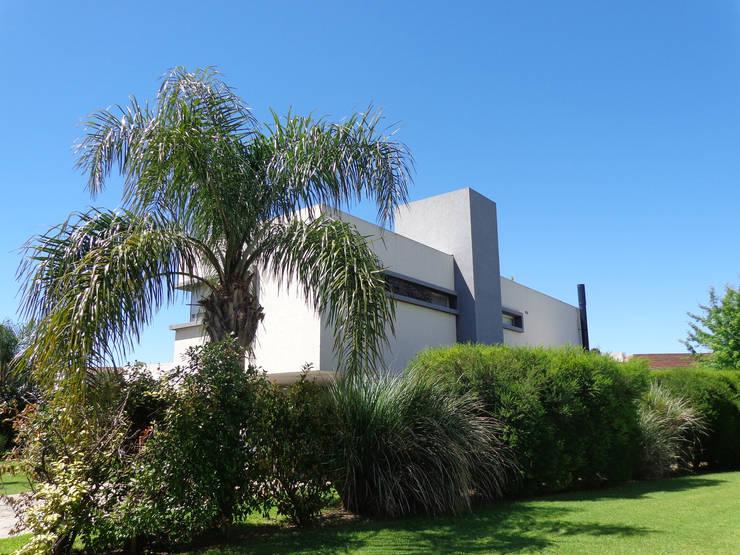 cdq20015: Casas de estilo  por CONSTRUCTORA EDIFICAR,