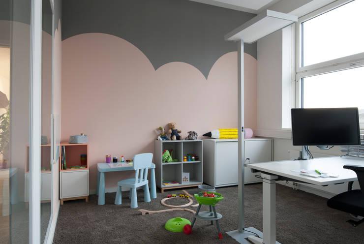 Familienfreundliche Unternehmen schaffen kindgerechte Arbeitsbereiche für Mitarbeiter  :  Bürogebäude von Kaldma Interiors - Interior Design aus Karlsruhe,