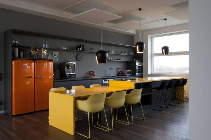 Offener Küchenbereich fügt sich in Eventfläche ein und wird zum Herzstück des Büros:  Bürogebäude von Kaldma Interiors - Interior Design aus Karlsruhe,