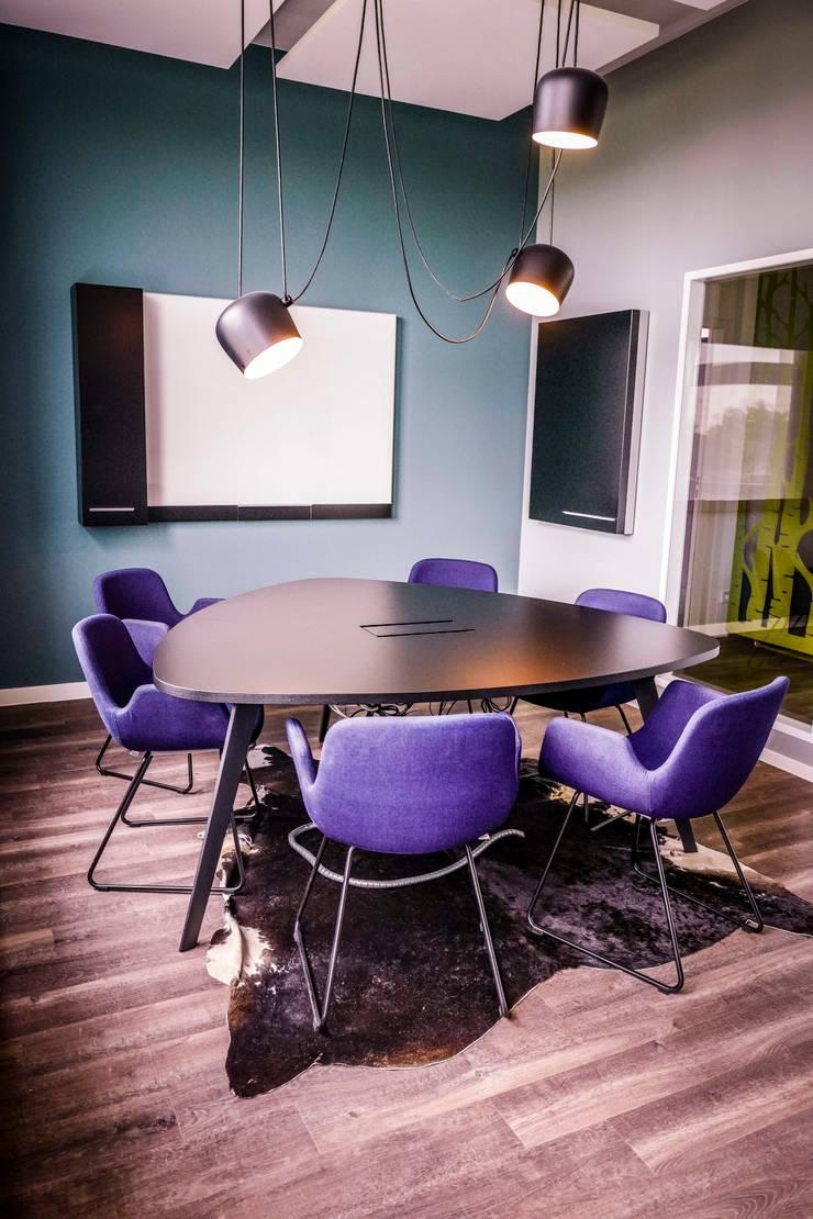 Meetingraum mit Design Klassiker - warum nicht?:  Bürogebäude von Kaldma Interiors - Interior Design aus Karlsruhe,