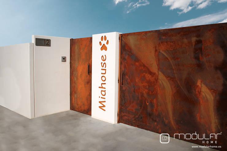 Puerta de acceso a la parcela: Puertas correderas de estilo  de MODULAR HOME,