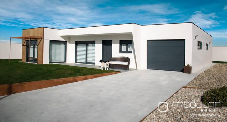 Acceso a garaje: Casas prefabricadas de estilo  de MODULAR HOME,
