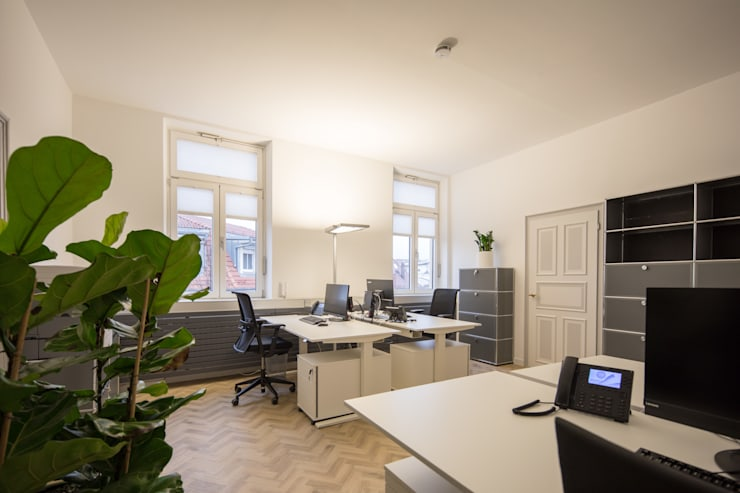Büroraum Arbeitsplätze :   von Kaldma Interiors - Interior Design aus Karlsruhe,
