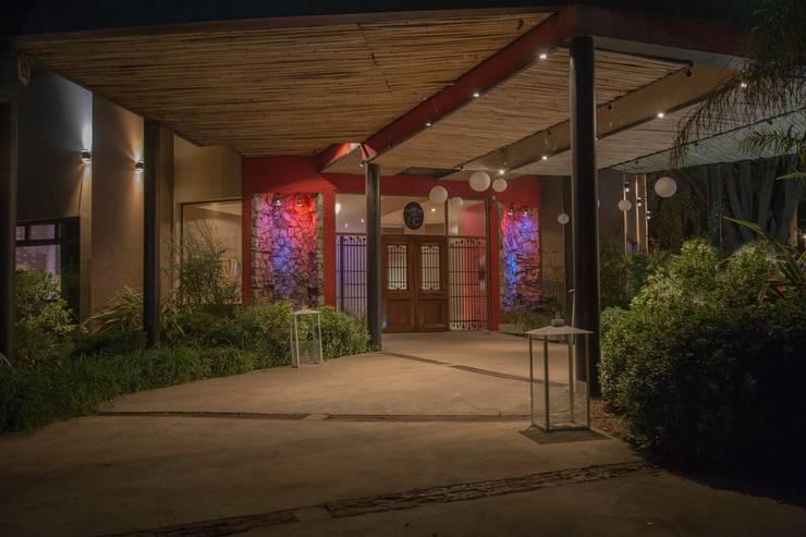 Estilo Cardales – Salón de fiesta: Gastronomía de estilo  por Luis Barberis Arquitectos,