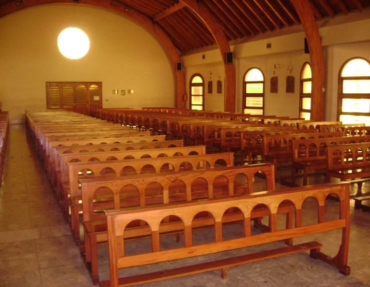 Capilla San Vicente de Paul: Pasillos y recibidores de estilo  por Luis Barberis Arquitectos,