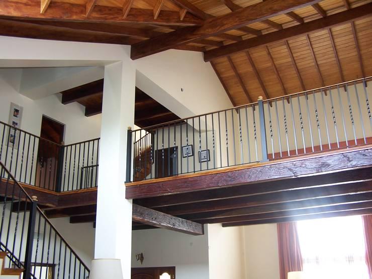 Casa CM : Pasillos y recibidores de estilo  por Luis Barberis Arquitectos,