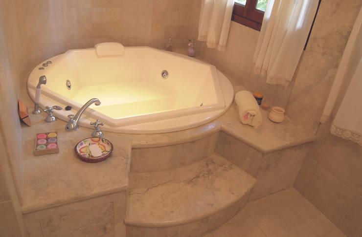 Casa CM : Baños de estilo  por Luis Barberis Arquitectos,