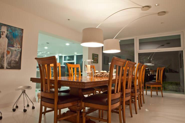 Dining room by TRAZZO ILUMINACIÓN