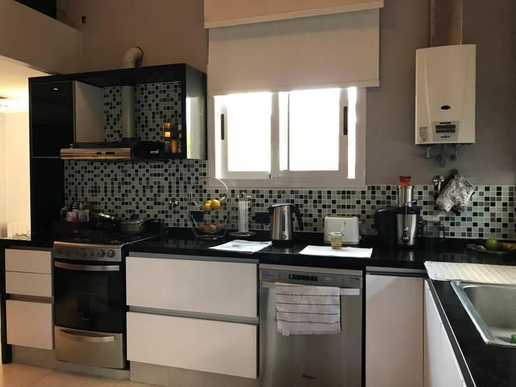 Casa NC: Cocinas a medida  de estilo  por Luis Barberis Arquitectos,