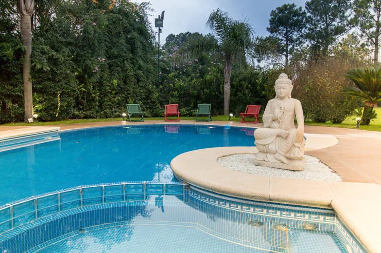 Garden Pool by Luis Barberis Arquitectos, Eclectic