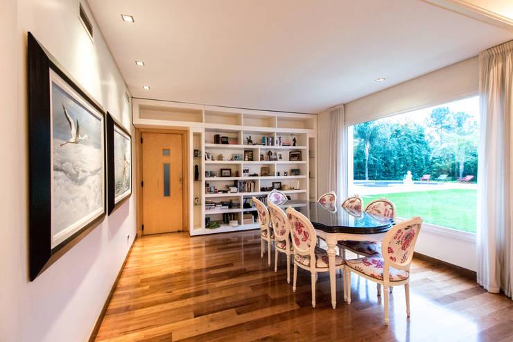 ห้องทานข้าว โดย Luis Barberis Arquitectos, ผสมผสาน ไม้จริง Multicolored